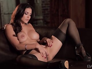 Hottest Brunette Sunny Leone Plays With Her Cunt